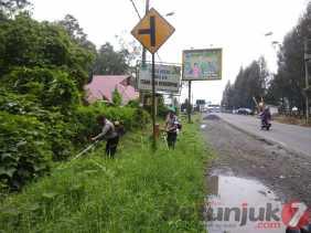 Kenyamanan Pengendara, Polres Karo Bersihkan Rumput Liar Ganggu Badan dan Marka Jalan
