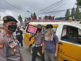 Aksi Supir Angkot Ini Pakai Kain Lap Pengganti Masker Terjaring Operasi Yustisi di Berastagi