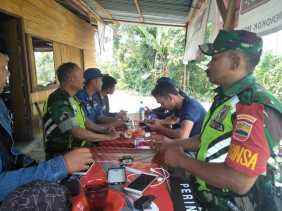 Kemanunggalan TNI, Babinsa  Komsos di Warung Kopi bersama Warga Desa Tiganderket