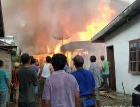 3 Dibongkar, Cegah tak Merembet:  7 Rumah Hangus Terbakar di Desa Munthe