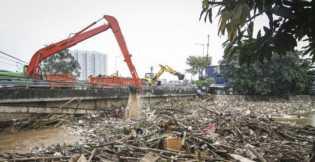 UPK Badan Air Jaktim: 3.000 Ton Sampah Sudah Diangkut dari Bantaran Ciliwung