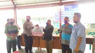 Camat Merdeka Berikan Secara Simbolis BLT - DD Kepada Warga di 4 Desa