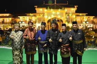 Dihadapan Raja dan Sultan se-Nusantara, Presiden Jokowi dan Gubsu Berpantun di Istana Maimun