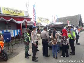 Potret Karo: TNI - Polri dan Instansi Terkait Lakukan Pemeriksaan 24 Jam di Pos Pantau Covid 19