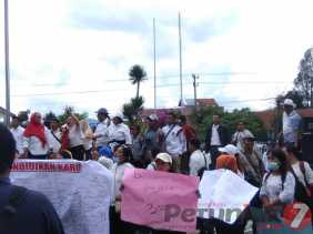 Tuntut Kesejahtraan, Ratusan Guru Honorer di Karo Gelar Aksi Demo ke Kantor Bupati