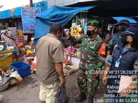 Pantau Pasar Tradisional, Babinsa Koramil 05/PY Imbau Masyarakat Patuhi Protokol Kesehatan
