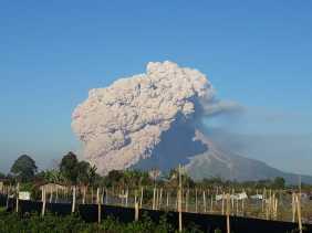 Gunung Sinabung Semburkan Awan Panas Sejauh 2000 - 5000 Meter