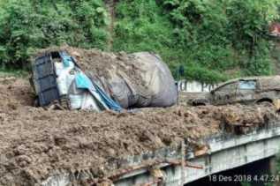 Ada Mobil Tertimbun Tanah, Dua Alat Berat Bersihkan Longsor di Parapat