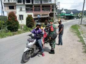 Babinsa Koramil 04/SE Imbau Pengunjung Obyek Wisata Patuhi Protokol Kesehatan