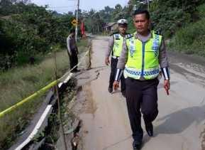Jalan Ambles, Satlantas Pasang Police Line di Jalan Lintas Karo - Aceh  Tepatnya Desa Benjire