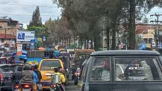 Warga Berastagi , Bukan Jalur Penyeberangan Mengakibatkan Kemacetan Tapi Parkir Berlapis