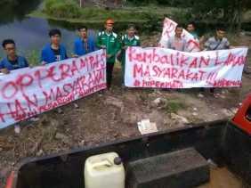 Baliho Mahasiswa di Pagar Kantor Camat Tanah Putih Tanjung Melawan, Tuntut Kembalikan Lahan