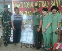 Danrem 023/ KS Kol Inf Dony Hutabarat Memberikan Bantuan ke Pengungsi Erupsi  Sinabung