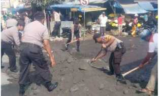 Penyebab Kemacetan, Polres Tanah Karo Timbun Lubang di Akses Jalan Nasional Tiga Panah
