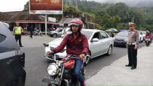 Macet Saat Imlek, Kasat Lantas Polres Karo Langsung Atur Lalin Kendaraan di Simpang Doulu