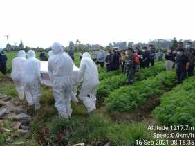 Babinsa Koramil 04/SE Dampingi Pemakaman Warga terpapar Covid-19