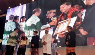 Bupati Karo Terima Penghargaan Kepemudaan 2018 dari Menpora RI
