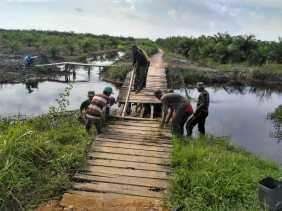 Kegiatan Hari ke 10 TNI-MMD di Rohil:  Bersama Masyarakat Memperbaiki Jembatan