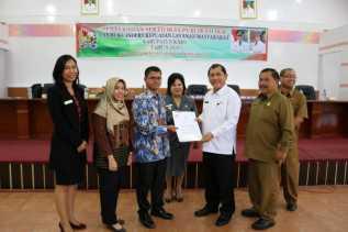 Ombudsman Sumut Serahkan Hasil Penilaian Kepatuhan Standar Pelayanan Publik 2018 ke Bupati Karo