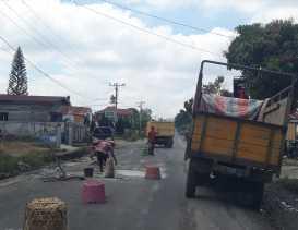 Aksi Warga Desa Lambar Cor Semen Jalan Berlubang di Simpang Sinaman