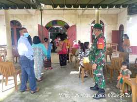 Babinsa Koramil 04/SE Pantau Protokol Kesehatan di Gereja