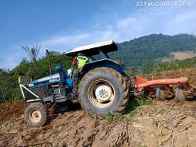 Swasembada Pangan, Babinsa Bantu Petani Bajak Sawah Gunakan Traktor di Desa Nageri