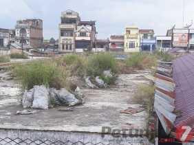 Sampah dan Rerumputan Liar di Atap Gedung Pasar Berastagi, Dibiarkan (?) Ini Kata Pedagang...