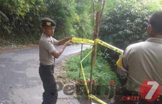 Anggota Polsek Barusajahe Pasang Police Lice di Lokasi Longsor Antara Desa Barusjahe - Serdang
