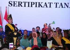Bagikan TORA di Pekanbaru, Gubernur Riau: Ingat Sertifikat, Ingat  Jokowi