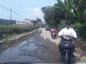 Jalan Rusak Parah Menuju ke Kantor Camat Berastagi, Warga: Berharap Dilakukan Perbaikan