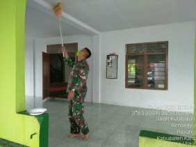 Sambut Sholat Jumat, Babinsa Koramil 05/PY Turut Bersihkan Masjid Nurul Islam