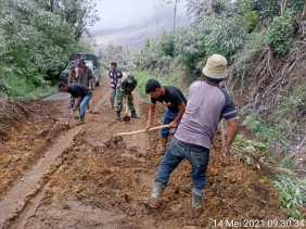 Tutup Akses Jalan : Koramil 04/SE Bersihkan Tanah Longsor