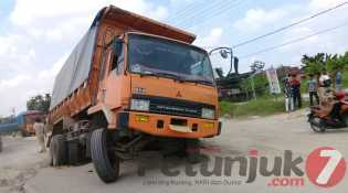 Kampar :Jalan Kubang Rusak, Mobil Truk Kerap Terperosok