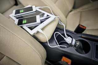 Ternyata Ngecas Handphone di Power Output Mobil Berbahaya