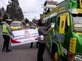 Sambut HUT Bhayangkara ke-74, Satlantas Polres Karo Bagikan Masker ke Pengendara di Kabanjahe