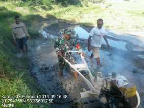 Koramil 06/Munthe: Sertu Sarwan Jetor Lahan Petani Untuk Tanam Padi
