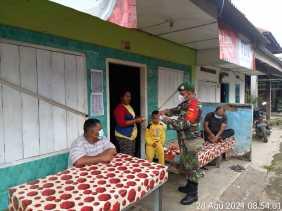 Peduli Kesehatan Warga Binaan, Babinsa Koramil 04/SE Bagikan Masker Gratis
