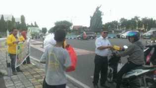 Berkah Ramadhan, Universitas Lancang Kunig Bagi-bagi Takjil Gratis di Jalan Sudirman