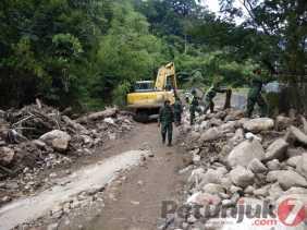 Longsor: Koramil 04/SE, Masyarakat dan BPBD Karo Bersihkan Tanah dan Bebatuan di Semangat Gunung