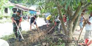 Babinsa Koramil 09/LB Bersama Warga Lau Baleng Bersihkan Akses Jalan Umum dan Parit