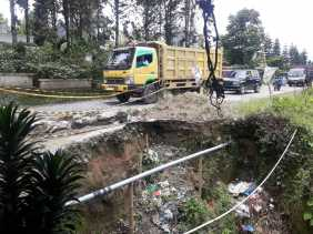 Belum Diperbaiki, Warga Sebut Sudah Lima Bulan Jalan Alternatif Propinsi di Desa Basam Longsor