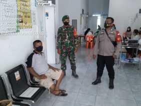 Babinsa Koramil 09/LB Bersama Bhabinkamtibmas Pantau Vaksinasi Untuk Lansia Tahap II