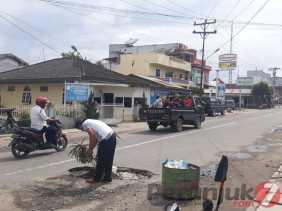 Jalan Rusak Tak Kunjung Diperbaiki, Warga Tanam Pohon di Jalan Udara (Berastagi)