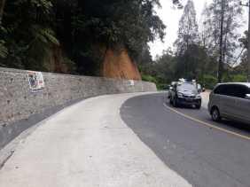 Potret Pembangunan Tembok Pembatas Tanah di Jalan Lintas Medan - Berastagi Cegah Longsor