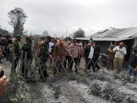 Gubsu Bagikan Sembako 3000 Paket ke Warga di Lereng Gunung Sinabung