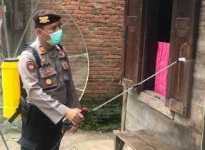 Cegah Corona, Satsabhara Polres Karo Semprotkan Disinfektan Ditempat Umum di Kabanjahe