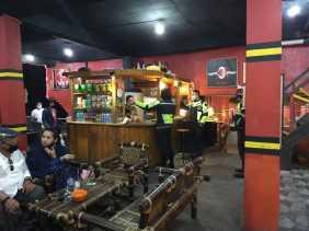 Usai Pantau Jalur Mudik Lebaran, Kasatlantas Polres Karo Sosialisasi Terkait Covid 19 di Cafe - cafe