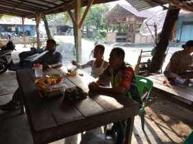 Kopka Hendra Komsos Tentang Keamanan Jelang Pileg dan Pilpres di Warung Kopi bersama Warga