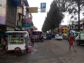 Potret Jalan Vetran Berastagi yang Memprihatinkan dan Semrawut, Ada  PKL dan Parkir Liar