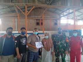 Dampingi Penyaluran BLT-DD Gongsol , Babinsa Koramil 04/SE Terapkan Protokol Kesehatan